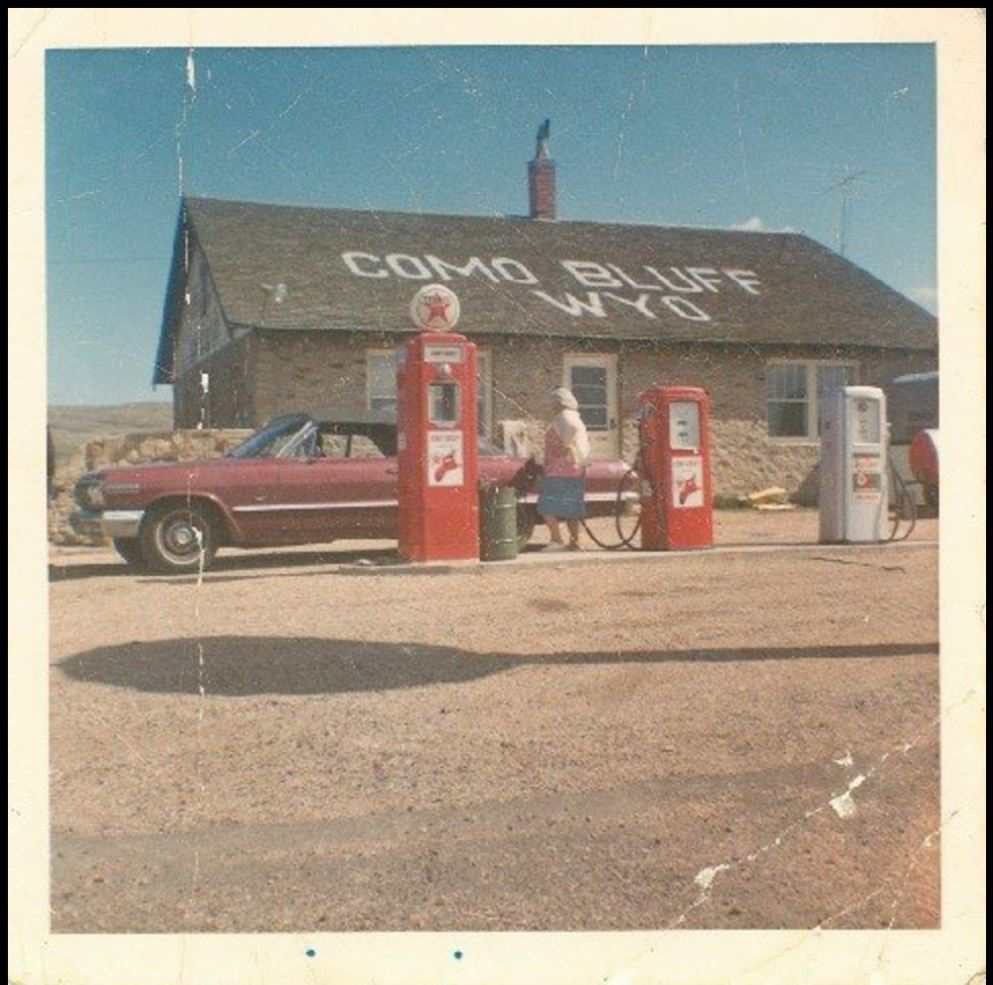 Color photo of building at gas station. Wyoming Recreation Commission Collection, Wyoming State Archives, Department of State Parks and Cultural Resources.